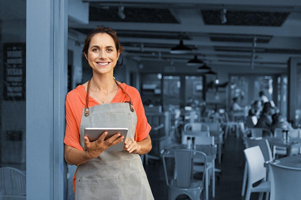 Cameriera con tablet che sorride